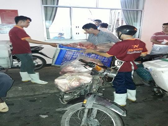 Xử phạt vi phạm hành chính người điều khiển xe máy BKS: 94F9-8996 vận chuyển thịt heo không đảm bảo điều kiện vận chuyển thực phẩm